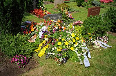 Kränze auf dem Grab - p0040625 von Normal