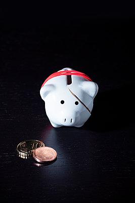 Broken piggy bank - p1149m2278412 by Yvonne Röder