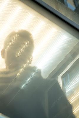 Mann im Aufzug  - p1212m1538177 von harry + lidy