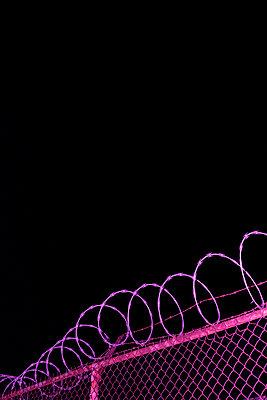 Stacheldrahtzaun bei Nacht  - p1614m2231631 von James Godman
