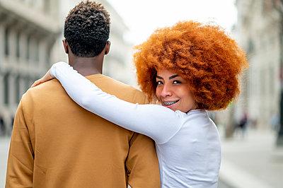 Madrid Spain, Afro couple in the city - p300m2256330 von Oscar Carrascosa Martinez
