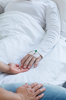 Freiburg, Woman holding hand of man in hospital, close up - p300m827120f by Stefan Rupp