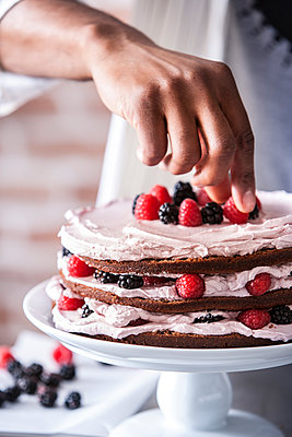 Chocolate cake with berries and cream filling - p555m1303403 by Manny Rodriguez