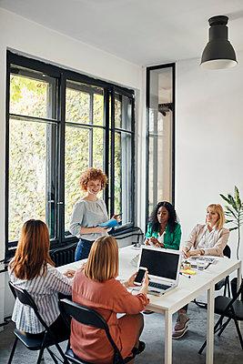 Businesswomen having a meeting in office - p300m2144853 by Zeljko Dangubic