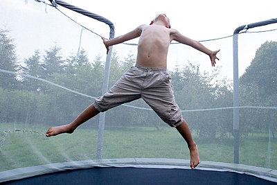 Junge auf einem Trampolin - p4451286 von Marie Docher