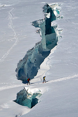 Mountaineers crossing crevasse (Monte Rosa), Aosta Valley, Italy, Europe - p651m2006657 by ClickAlps