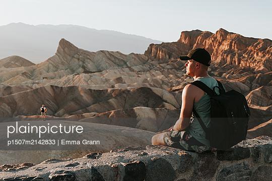 Mann im Death Valley - p1507m2142833 von Emma Grann