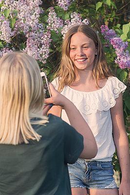 Two girls taking photos - p1323m2015181 von Sarah Toure