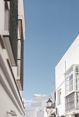 White residential buildings, Conil de la Frontera, Spain - p1598m2164408 by zweiff Florian Bier