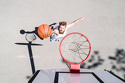 Man playing basketball on outdoor court - p300m1470027 by Roman Märzinger
