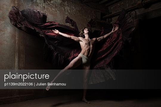 Dancer - p1139m2022106 by Julien Benhamou