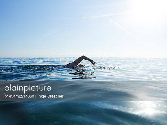 Swimming in the ocean - p1494m2214850 by Inkje Drescher