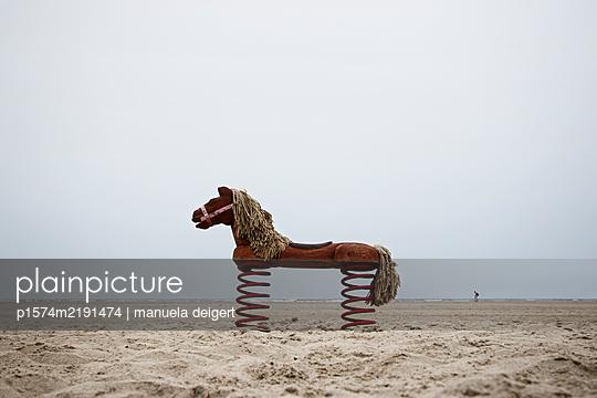Holzpferd am Strand von Juist - p1574m2191474 von manuela deigert