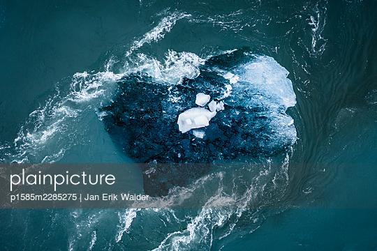 Floating iceberg - p1585m2285275 by Jan Erik Waider