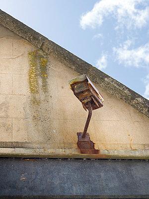 Verrostete Kamera - p1201m1041720 von Paul Abbitt