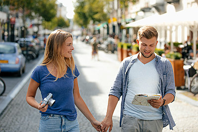 Netherlands, Maastricht, happy young couple exploring the city - p300m2058861 by Gustafsson