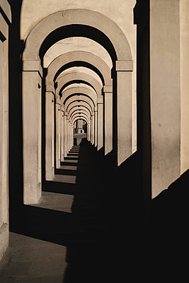 Italy, Tuscany, Florence,Diminishing perspective of empty arched sidewalk - p300m2188583 by Francesco Morandini