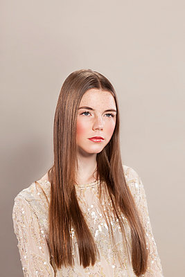Portrait einer jungen Frau mit langen Haaren - p943m1574862 von Do-It-Studios