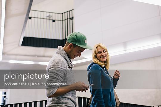 Zwei junge Leute mit Smartphone - p586m971619 von Kniel Synnatzschke