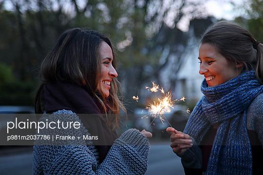 Gemeinsamer Wunsch - p981m2037786 von Franke + Mans