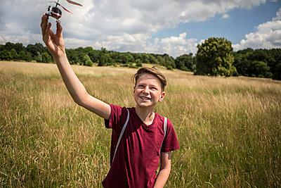 Junge mit Spielzeughubschrauber - p1222m1154547 von Jérome Gerull