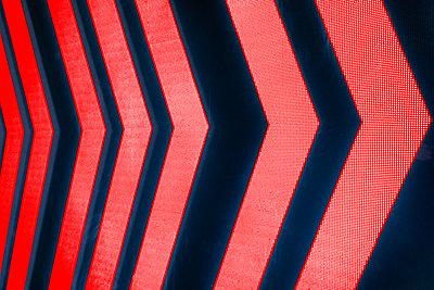 Rote Pfeile auf schwarzem Hintergrund - p1418m2158231 von Jan Håkan Dahlström