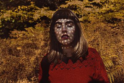 Junge Frau im herbstlichen Wald - p1491m2163749 von Jessica Prautzsch