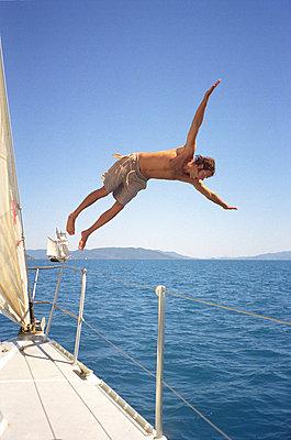 Australien, Queensland, Sprung von Yacht - p2685130 von Stefan Zahm