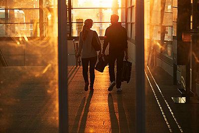 Silhouette of couple walking through corridor - p312m2207925 by Johan Alp