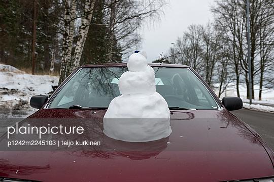 Finland, Snowman on the bonnet of a car - p1242m2245103 by teijo kurkinen