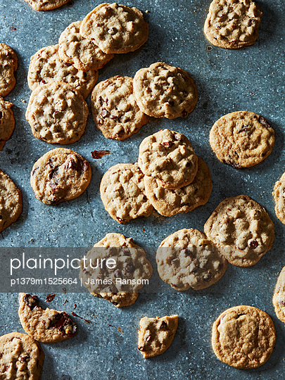 chocolate chip cookies - p1379m1525664 by James Ransom