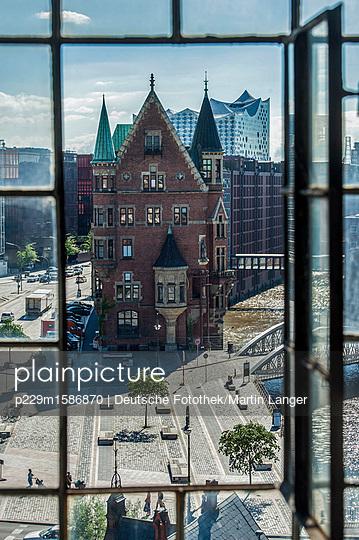 Speicherstadt und Elbphilharmonie im Hintergrund - p229m1586870 von Martin Langer