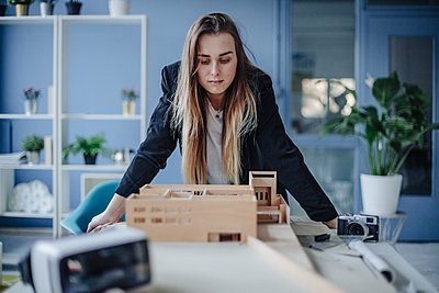Architect looking at architectural model in office - p300m1581184 von Gustafsson