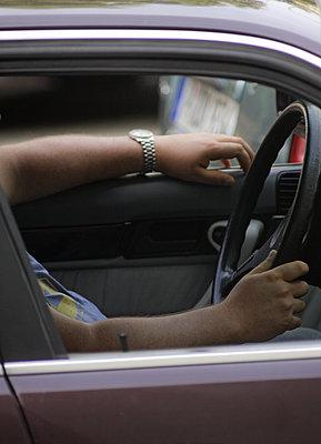 Potsdam ein Mann in kuerzaermeligem Hemd  sitzt am Steuer seines Wagens - p627m1035265 von Hendrik Rauch