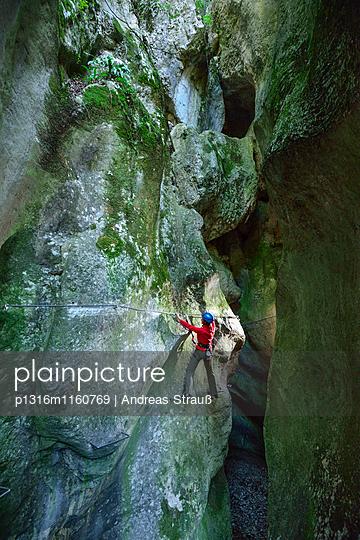 Frau steigt auf Klettersteig Sentiero Rio Sallagoni durch Sallagoni-Schlucht, Sentiero Rio Sallagoni, Gardaseeberge, Trentino, Italien - p1316m1160769 von Andreas Strauß