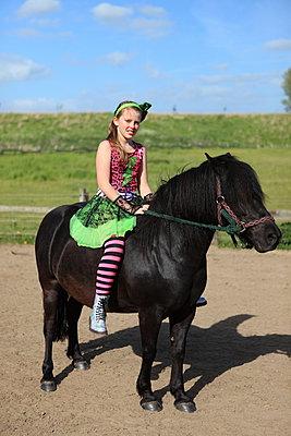 Mädchen auf Zirkus-Pferd - p045m1034350 von Jasmin Sander
