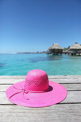 Pink sunhat on a boardwalk - p045m669013 by Jasmin Sander