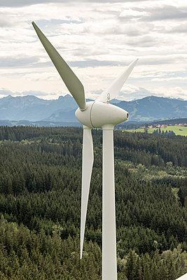 Windkraft im Alpenvorland - p1079m1185013 von Ulrich Mertens