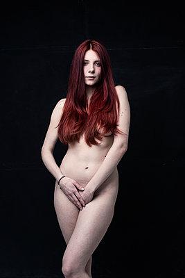 Schöne junge Frau - p947m1218768 von Cristopher Civitillo