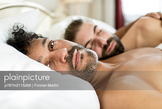 Gay couple in bed - p787m2115269 by Forster-Martin