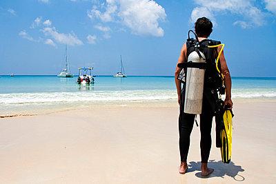 Diver on the beach - p0452576 by Jasmin Sander
