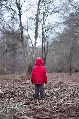 Little boy in a red coat - p1228m1511364 by Benjamin Harte