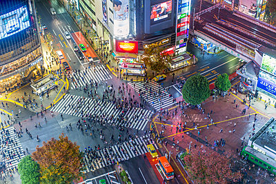 Asia, Japan, Tokyo, Shibuya, Shibuya Crossing, centre of Shibuyas fashionable shopping and entertainment district - p651m2006250 by Gavin Hellier