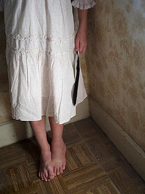 Mädchen hält Feder in der Hand - p945m1465913 von aurelia frey