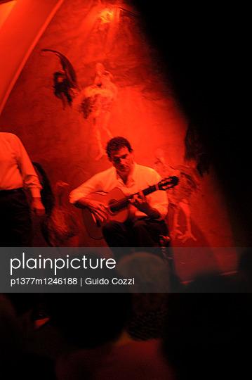 El Tablao Flamenco Los Gallos, musician - p1377m1246188 by Guido Cozzi