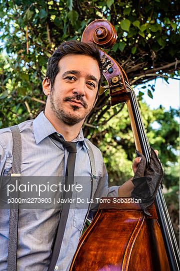 Handsome male musician holding double Bass - p300m2273903 by Javier De La Torre Sebastian