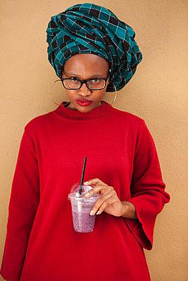 Afrikanerin hält Milchshake in Hand - p045m1286224 von Jasmin Sander