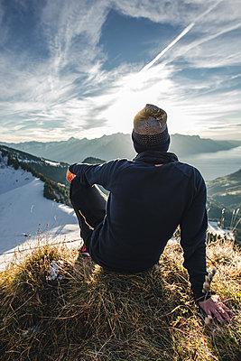 Person mit Sonnenuntergang am Genfer See im Hintergrund - p1455m2043677 von Ingmar Wein