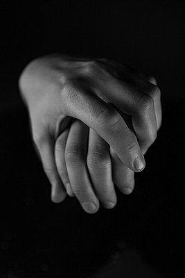 Sich an der Hand halten - p1685m2272568 von Joy Kröger
