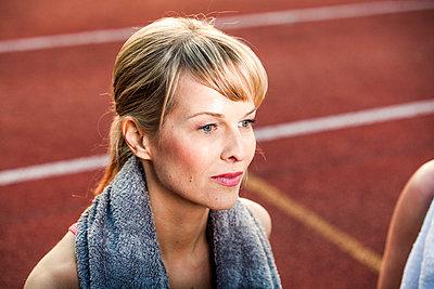 Sportliche Frau - p904m1031375 von Stefanie Päffgen